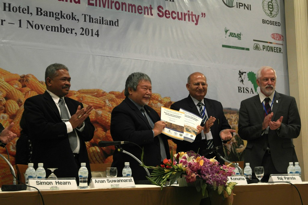 From left to right: Awan Suwannarat (Inspector General, DoA Thailand), Hiroyuki Konuma (Acting DG, FAO-RAP), Raj Paroda (Ex-secretary, APAARI) and Thomas Lumpkin (DG, CIMMYT) reveal the accompanying Books of Extended Summaries and Abstracts in the opening session of the 12th Asian Maize Conference.